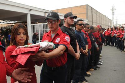 """Bomberos de Torreón se dijeron """"indignados"""" con el trato que les ofreció el alcalde Jorge Luis Morán durante el sábado por la tarde, luego de que se manifestaran por la muerte de su compañero Gustavo Muñoz."""