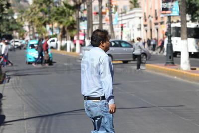 Todos los días y en todas las calles es posible encontrar imágenes como estas, en la que cientos de personas cruzan de una acera a otra por sitios no permitidos.