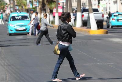 """En algún momento las autoridades municipales optaron acordonar los camellones a fin de que los peatones cruzaran únicamente por las """"parrillas"""" de las esquinas."""