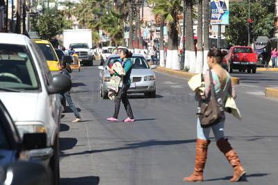 Si se combinan las negligencias de los peatones con la de algunos automovilistas o transporte público, suelen ocurrir tragedias que en el menor de los casos dejan como saldo lesiones de consideración.
