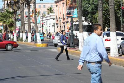 Cruzar por las esquinas, como lo hicieron estos jóvenes, ofrece una relativa seguridad.