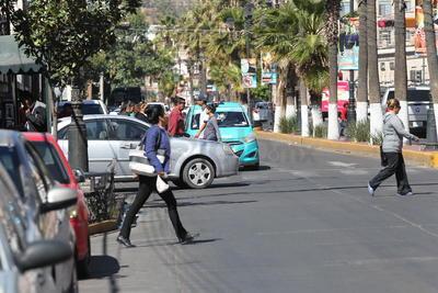 Ni siquiera con presencia policíaca los transeúntes acceden a cruzar la calle de manera correcta.
