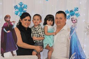 07042017 EN RECIENTE FESTEJO INFANTIL.  Nancy, Ricky, Victoria y Ricardo.
