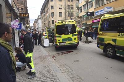 Cuatro personas murieron y otras 15 resultaron heridas hoy en Estocolmo después de que un camión irrumpiera en una zona peatonal del centro de la ciudad.