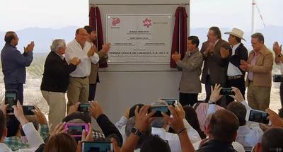 """Se procedió después a la develación de la placa inaugural del """"Parque Eólico de Coahuila, S.A. de C.V.""""."""