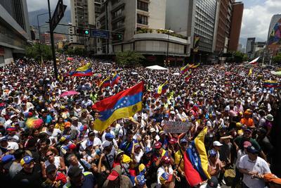 Manifestantes se enfrentaron con agentes de la Policía Nacional Bolivariana, en las calles de Caracas, Venezuela.