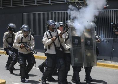La fuerza pública usó agua, perdigones de goma y gas lacrimógeno para dispersar la manifestación.