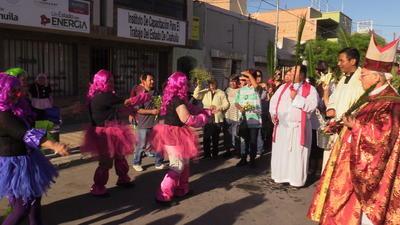 El obispo les dio la bendición a las payasitas.