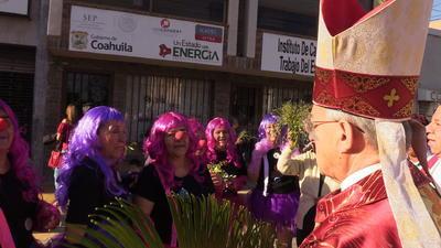 En el camino, monseñor se detuvo para ver al grupo de las payasitas del centro comunitario La Rosita.