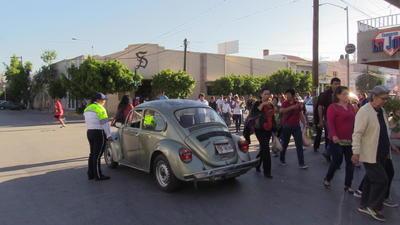 Los feligreses ante el desconcierto y enojo corrieron con sus ramos desde la calle Galeana (Plaza Mayor) rumbo a la Javier Mina (catedral) para no perder la ceremonia de la bendición de ramos.