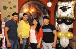 09042017 GRAN LOGRO.  Mónica Andrea Pérez Negrón Rivera celebró su graduación junto a su mamá, Mónica Berenice Rivera Ramírez, y sus hermanos, Ángel y Alonso Pérez Negrón Rivera.