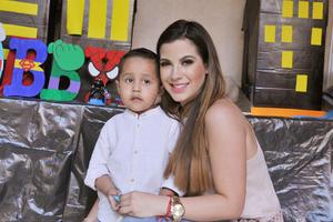 09042017 CUMPLE TRES AñOS.  Robby acompañado de su tía, Ana Valero.
