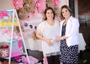 10042017 SE LLAMARá MIRANDA.  Verónica Álvarez en su baby shower acompañada de su mamá, Gloria López, quien organizó el festejo.