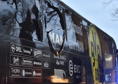El camión donde viajaba el Borussia Dormunt quedó dañado por la explosión.