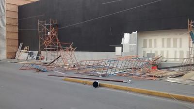 Los andamios, plafón y cables de alta tensión quedaron tirados sobre la carretera.