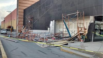 Los vientos de 34 kilómetros por hora con rachas hasta de 50 kilómetros provocaron que unos andamios de metal utilizados en la construcción de un local comercial de Saltillo 400 y bulevar Revolución cayeran al igual que algunas planchas de plafón.