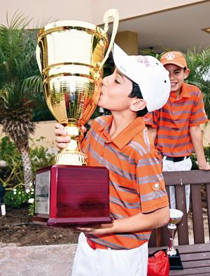 12042017 Feliz con su trofeo.
