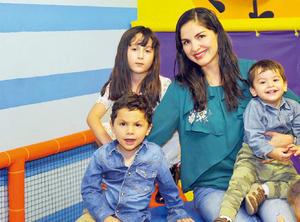 13042017 EN FAMILIA.  Grtehel con Valentina, Santiago y Sebastián.