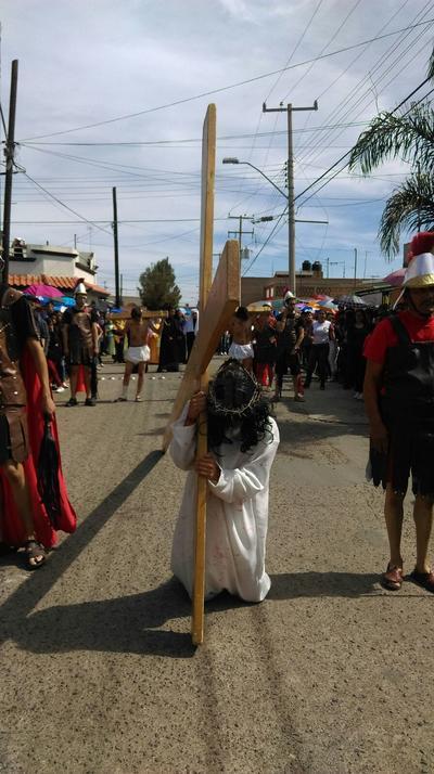 A su llegada al templo, los presentes formaron largas filas en el atrio para adorar las figuras de Cristo y María y así marcar el final del Viacrucis.