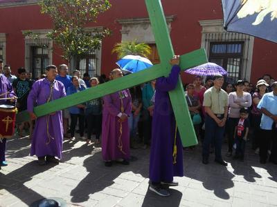 Alrededor de 60 integrantes de la Hermandad, guiados por el padre Jesús Gaona Moreno, partieron del templo para representar las 14 estaciones.