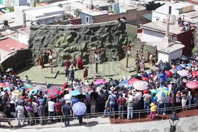 El lugar estaba abarrotado de hombres y mujeres con sombrillas, niños de la mano, carreolas y hasta mascotas.