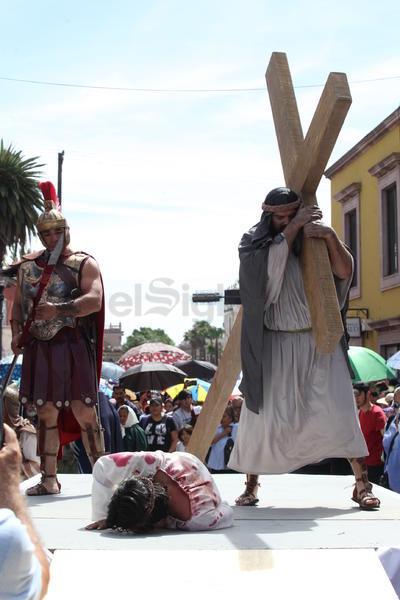 Representación. La mayor parte de las escenas de este Viacrucis se realizaron en el atrio del templo y en el acceso del Parque Guadiana.