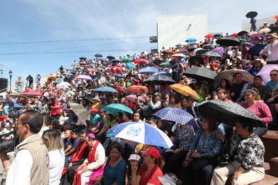 En casi una hora de trayecto, pese al intenso calor que se sintió, los feligreses siguieron la procesión que culminó en el Cerro del Calvario con la representación de la crucifixión y sus últimas plegarias.