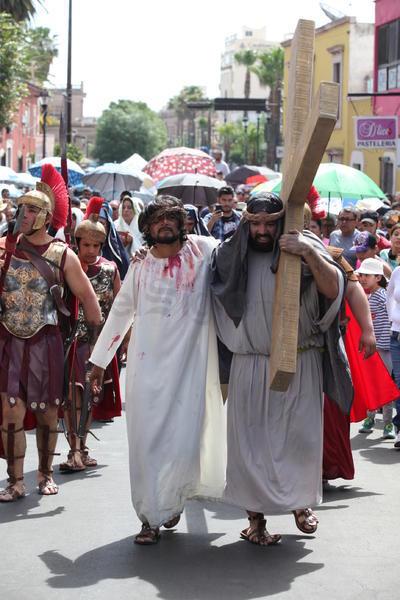 La tradición cristiana añadió a esta representación 14 estaciones y en cada una se reflexiona un pasaje que vivió Jesús hasta llegar a la cruz.