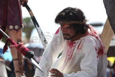 Previamente el arzobispo de Durango, José Antonio Fernández Hurtado, explicó que el Viacrucis, del latín que significa camino hacia la cruz, rememora la pasión de Jesús hace casi dos mil años en Jerusalén.