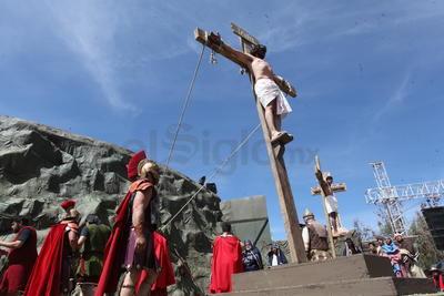 Cientos de personas presenciaron el Viacrucis viviente que celebró la Arquidiócesis de Durango, el cual culminó en el Cerro del Calvario.