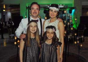 Carlos y Liss con sus hijas, Regina y Luciana