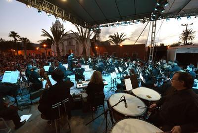 Al finalizar la ceremonia religiosa las autoridades municipales y estatales ofrecieron un espectáculo artístico-musical en el que participó la Camerata de Coahuila y los Cardencheros de Sapioriz.