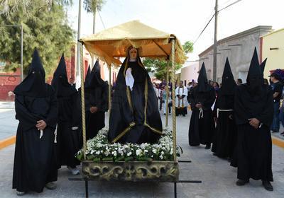 """A la cabeza del contingente marcho la Banda de Guerra """"Legión Madero"""", seguidos de la imagen de la Santísima Virgen que era cargada por un grupo de hombre ataviados con túnicas y capuchas negras."""