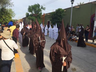 Habitantes de Viesca y turistas salieron a las calles a apreciar la Procesión del Silencio en el Viernes Santo.