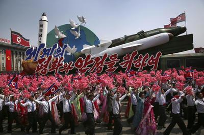 Las celebraciones continuaron durante toda la tarde en la emblemática plaza Kim Il-sung y el centro de la capital con actuaciones de bailes norcoreanos por parte de grupos de jóvenes ajenos a los temores de que Pyongyang realice en estas fechas su sexta prueba nuclear o un nuevo lanzamiento de misiles.