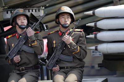 Soldados norcoreanos desfilaron por las calles.