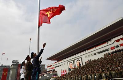 Además de mostrar hoy misiles de alcance medio Musudan y los misteriosos y temidos KN-08 y KN-14, que se lanzan desde plataforma móvil y que aún no se ha probado con éxito, desfilaron ante la plaza Kim Il-sung varios de los últimos desarrollos del régimen como el Pukguksong-1 y Pukguksong-2, exhibidos en público por primera vez.