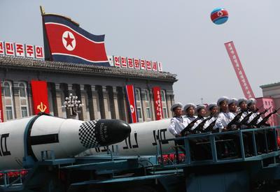 Corea del Norte enseñó al mundo su arsenal de misiles en un gran desfile militar con el que celebró su mayor fiesta nacional.
