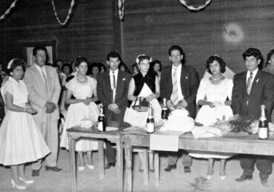 16042017 Everardo López Arguijo y María de Jesús Alvarado Ortiz festejando con familiares y amigos en su boda el 12 de agosto de 1957.