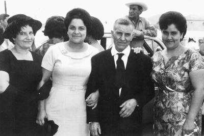 16042017 Don Miguel García Rodríguez acompañado de sus hijas, Alma Angélica, Graciela y Leonor García Rodríguez, en 1972.