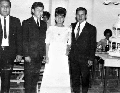"""16042017 Hace 50 años, Herlinda Marina Rangel de la Cedra, """"Linda"""", acompañada de sus tíos, Albino, Alfredo y Fernando Rangel de León, en sus XV años."""