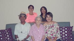 17042017 CUMPLE 85 AñOS.  Mercedes García acompañada de su esposo, Pedro Hernández, y sus hijas, María Isabel, Blanca Silvia y Mercedes.