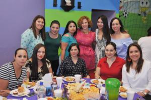 17042017 EN EL CUMPLE DE OLGA.  Gabriela Saavedra con sus amigas.