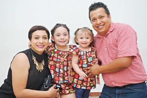 16042017 EN FAMILIA.  Karla, Sofía, Isabela y Tomás.