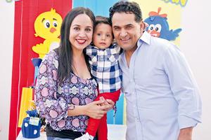 16042017 FESTEJO INFANTIL.  Sebastián en compañía de Mónica y Paco.