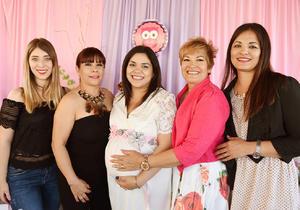 16042017 SE LLAMARá VICA.  Natalia Acevedo en la fiesta de canastilla que le organizaron su mamá, Victoria Ramos, su suegra, Paty Ortiz, y sus cuñadas, Irlanda Pong y Linda Núñez.