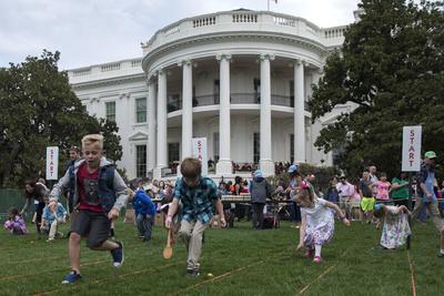 La tradición de invitar a niños a la Casa Blanca el lunes de Pascua la inició el presidente Rutherford B. Hayes después de que el Congreso aprobara una ley que prohibía a los niños jugar en los jardines del Capitolio por temor a que causaran daños.