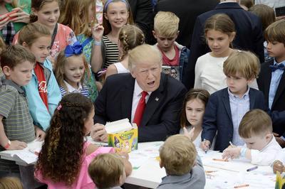 La familia presidencial se sentó en las mesas de talleres de decoración y participó en la creación de cartas de agradecimiento a las tropas militares estadounidenses, además de saludar a sus invitados a la Pascua de la Casa Blanca.
