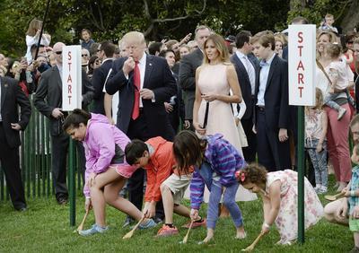 """""""Vamos a unirnos a ustedes y disfrutar de su compañía para rodar huevos de colores (...). Sé que mucha gente allá abajo va a tener éxito. He visto a esos niños, y ellos son muy competitivos"""", dijo Trump a la multitud."""