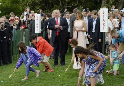 """La celebración anual, conocida como """"Easter Egg Roll"""", gira en torno a los niños, encargados de buscar huevos de colores entre los arbustos del jardín para luego empujarlos hasta la línea de meta con la única ayuda de una cuchara de madera."""